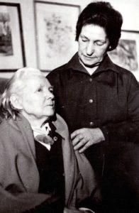 Rašytoja Bronė Buivydaitė ir jos pagalbininkė bibliotekininkė Rožė Klimašauskaitė