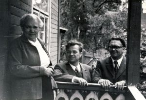 Pas Bronę Buivydaitę svečiuojasi poetai Antanas Drilingas ir Algimantas Baltakis. Fotografavo Juozas Baltušis. 1973 metai