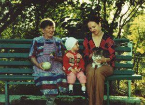 Trijų kartų giminės moterys. Su močiute ir dukra Ugne 2006 m.
