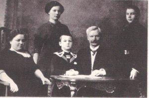 Mašiotų šeima Rygoje apie 1912 m. Iš kairės į dešinę: Marija Mašiotienė, Marija Mašiotaitė, Donatas Mašiotas, Pranas Mašiotas, Jonas Mašiotas