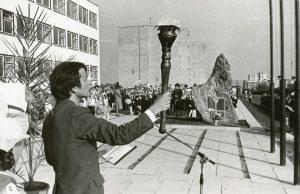 Mokyklos atidarymas, 1982-ieji
