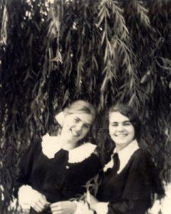 Vilniaus XXIV vidurinės mokyklos abiturientės. Su klasės drauge Aldona Juršėnaite. 1972 m.