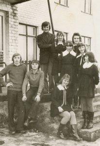 Su pirmaisiais mokiniais Linkmenyse 1977 m.