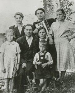 Su šeima. Stepas - berniukas priekyje