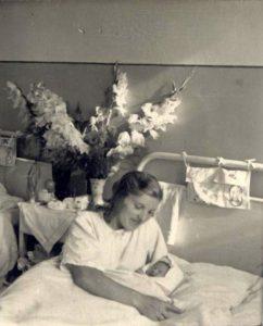 Su mama Jadvyga Šoblinskiene Mažeikių ligoninėje. 1954 m.