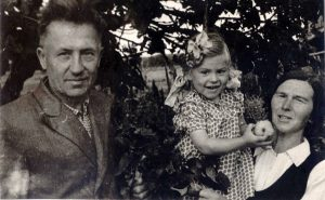 Su seneliais Stanislovu ir Jadvyga Šoblinskiais. Nausodė (Mažeikių raj.), 1956 m.