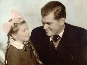 Su tėveliu Adomu Šoblinsku. Tirkšliai (Mažeikių raj.), 1959 m.