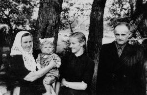 Ant močiutės Uršulės rankelių au mama ir seneliu Jonu.