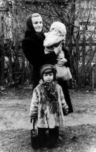 Su mama ir sese Janina ant mamos rankų.