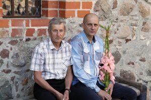 """Su vyresniuoju broliu Povilu Trakų pilies, kurioje 2015-ųjų vasarą atidaryta autorinė Petro grafikos paroda """"Bamba"""", vidaus kiemelyje. 2015 metų liepos 17-ąją. Fotografavo Ričardas Šileika"""