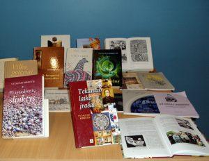 Čia – dalis knygų, kurias V. Kirkutis yra parašęs ar parengęs. Nuotrauka iš asmeninio archyvo.