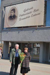 """Po Gabrielės Petkevičaitės-Bitės medalio """"Tarnaukite Lietuvai"""" įteikimo 2014 m. Panevėžyje su žmona Violeta. Nuotrauka iš asmeninio archyvo."""