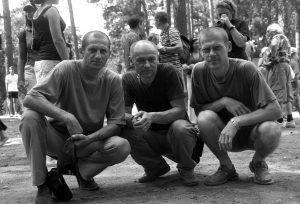 Druskininkų Girios aido muziejuje tūptelėjusi trijulė Petras Rakštikas, Andrius Mosiejus ir Ričardas Šileika. 2003 metų liepos 31 diena. Fotografavo Ričardas Šileika.