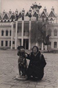 Gintarė Adomaitytė prie paminklo Bimui Voroneže. R. Šileikos nuotrauka