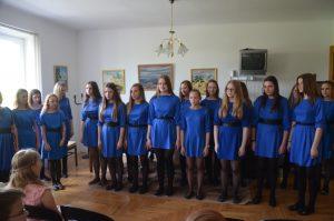 Vyresniųjų klasių vokalinis ansamblis. Mokytoja Viktorija Morkūnienė