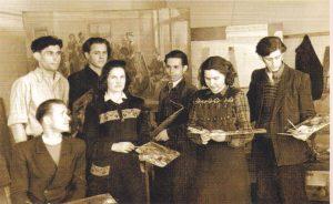 A. Kmieliauskas (stovi antras iš kairės) su klasės draugais Kauno vidurinėje dailės mokykloje, apie 1950