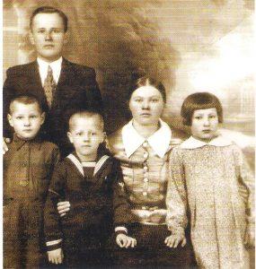 A. Kmieliausko tėvas Petras, mama Domicelė, brolis Jeronimas, sesuo Vlada ir jis pats (antras iš kairės) Olendernėje, apie 1938