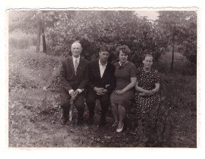 Mano tėvai po vestuvių (viduryje). Kairėje – mano diedukas iš tėčio pusės, dešinėje – mamutė