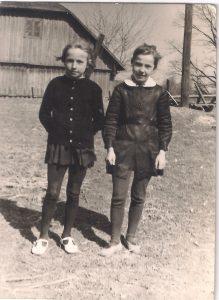 """""""Jau dešimt... Su pussesere Aldute, su kuria viename suole sėdėjom dvylika metų"""" (Birutė - kairėje)."""