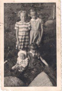 Jonuškaitės: Zita, Alicija, Danelė, Birutė.