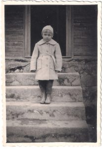 """Ketverių metukų, su paltuku, pasiūtu """"ant išaugimo"""" ir todėl labai nemėgstamu, nors jis buvo gražios mėlynos spalvos..."""