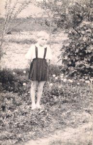 Tėvų sodelyje, 1966.