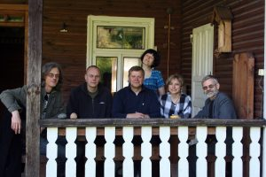 Su kolegomis pas kultūrininką Vytautą Žukauską Šilainės kaime, Lazdijų rajone. 2009 m. R. Šileikos nuotrauka.
