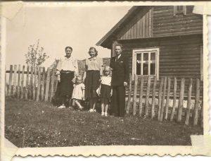 Iš kairės į dešinę: prosenelė Anelė, mama Irena, senelė (baba) Adelė, teta Nijolė, senelis Petras. Kaime, ant savo žemės.