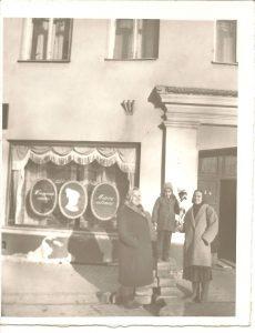 5.Su mama ir baba prie savo Senamiesčio namų – šiame Pilies gatvės name, pažymėtame 40 numeriu, gyvenome iki man sukako 11 metų.
