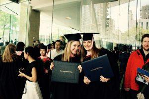 Justina (dešinėje) su The Džiulijardo magistro diplomu rankose.