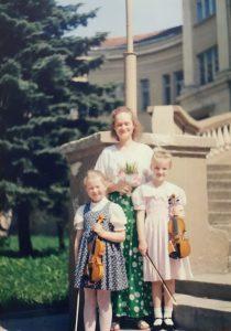 Justina (dešinėje) su pirmąja smuiko mokytoja Laura Dubosaite ir vaikystes drauge Justina.