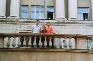 Rugsėjo 1-oji M. K. Čiurlionio menų mokykloje. Justina su tėvais Remigijumi ir Audrone Auškeliais.
