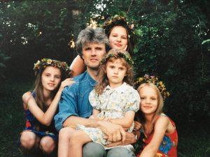 Beveik visa šeima. Is kairės – Justina, tėtis Remigijus, Giedrė (viršuje), Aurelija (ant kelių), Ona Marija.