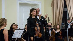 Danielė Brekytė (Rūtos Lipinaitytės klasė), griežusi savo smuiku, ir Josefas Wallnigas