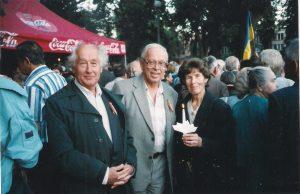 Tėvelis ir mama su Tomu Sakalausku, Baltijos kelio 10-mečio minėjimas. 1999 08 23. Algirdo Rakausko nuotrauka.