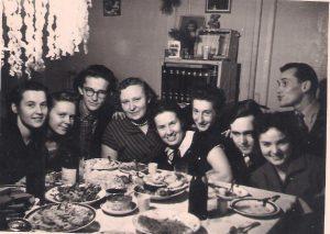 1957-ųjų gruodis, prieš Naujųjų sutikimą. Iš kairės: Dalia Tupčiauskienė, Aldona Minelgaitė-Vasiliūnienė, Juozas Tumelis, Jadvyga Maliauskaitė-Vaitkevičienė, Henrikas Čigriejus, Leonida Čigriejienė, Petras Dabulevičius, nežinoma draugę, Romualdas Tupčiauskas.
