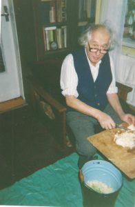 Tėtis pjausto kopūstus. 1996 m.