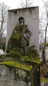 Paryžius. Père Lachaise kapinės. Samanota madona. Neringos Dangvydės nuotrauka