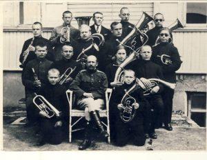 Aklųjų instituto orkestras. Antanas Adomaitis pirmas pirmoje eilėje.