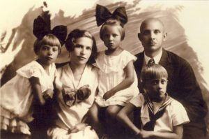 Onos ir Igno Medekšų šeima. Apie 1928 m. Nuotrauka iš asmeninio archyvo.