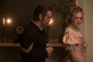 Vienintelis merginų pensiono vyras John as (Colin Farrell) ir atvirai flirtuojanti Alicia (Elle Fanning).