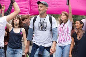 ACT UP Paris nariai dalyvauja kasmetiniame Gay Pride. Kadro centre - naujasis asociacijos narys Nathanas (aktorius Arnaud'as Valois).