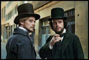 Neišskiriami bičiuliai: Friedrichas Engelsas (vokiečių aktorius Stefanas Konarske'is) ir Karlas Marksas (vokiečių aktorius Augustas Diehlis).
