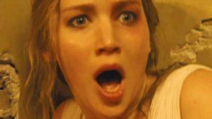 Motina (Jennifer Lawrence) akistatoje su siaubu ir pasibjaurėjimu.