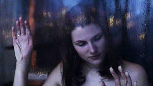 Aliošos motina Ženia (Mariana Spivak), egocentriškai besimėgaujanti asmenine trumpalaike laime.