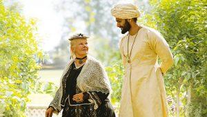 Ramus karalienės Viktorijos (Judi Dench) ir Abdulo (Ali Fazal) pasivaikščiojimas, apgaubtas saulės šviesos, metaforiškai įkūnijančios natūralią dvasinę šilumą ir lojalų prieraišumą.