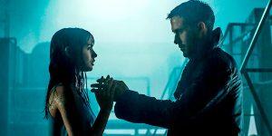 Kibernetinę moterį Joi (Ana de Armas) ir androidą K (Ryan Gosling) jungia bendras troškimas - tapti žmogumi.