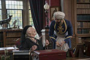 Asmeniniu sekretoriumi tapęs Abdulas paskatino valdovę ne sykį nusišypsoti ar net gardžiai nusijuokti.