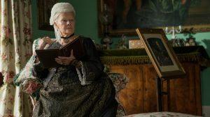 Karalienė Viktorija (Judi Dench), besimokanti vienos iš Indijos kalbų.