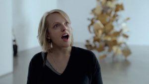 """Amerikiečių aktorė Elisabeth Moss, filme """"The Square"""" vaidinanti žurnalistę Anne, pasižymi itin iškalbingomis mimikomis."""